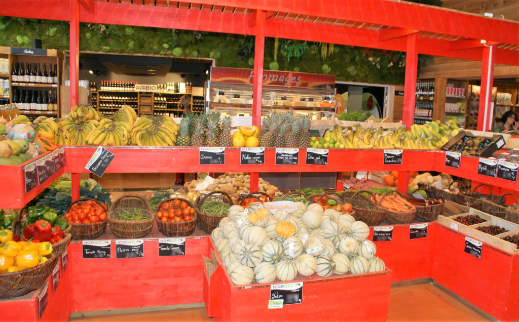 photo d'un étal de fruits et légumes magasin Nouribio Market Agde